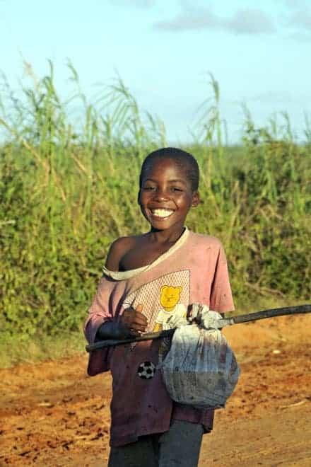 A alegria de uma criança algures entre Bilene e a praia do Zongoene