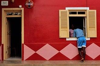 As cores quentes de Cabo Verde numa fachada da ilha da Boa Vista