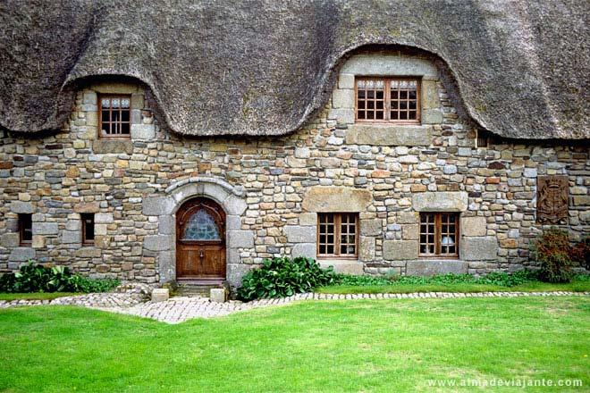 Fachada de casa rural da Bretanha, França