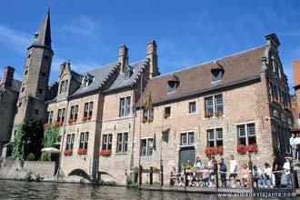 Algumas das casas mais antigas de Bruges estão nas margens do canal Groenerei