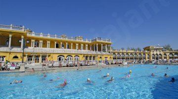 Piscina exterior nos banhos públicos de Szechenyi, um dos mais espectaculares de Budapeste, a par com as termas do Hotel Gellért