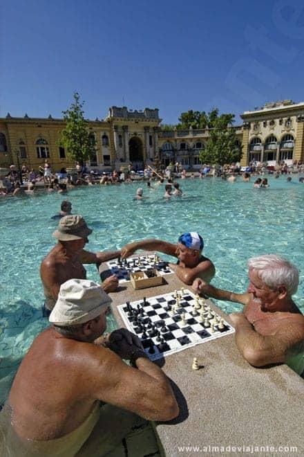 Homens jogam xadrez nas águas dos banhos públicos de Szechenyi, em Budapeste