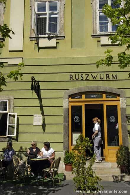 Café no centro histórico de Budapeste