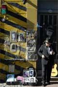 Personificando o mítico Carlos Gardel nas ruas de Buenos Aires, capital argentina