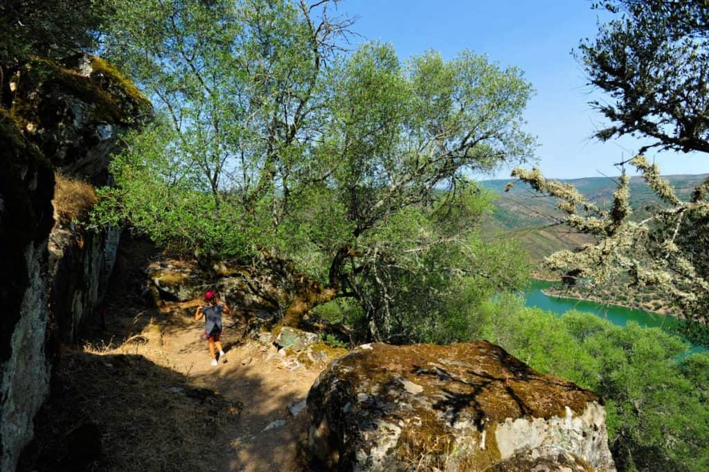 Facendo un'escursione sulla ferrovia rossa del parco nazionale di Monfrague