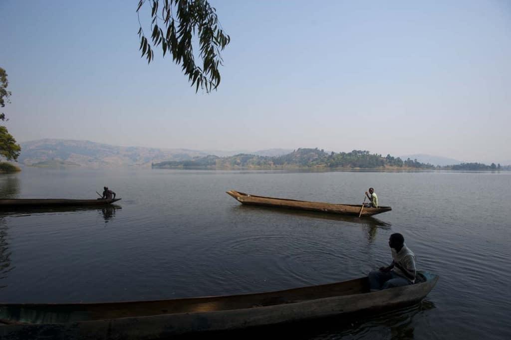 Canoas tradicionais no lago Bunyonyi