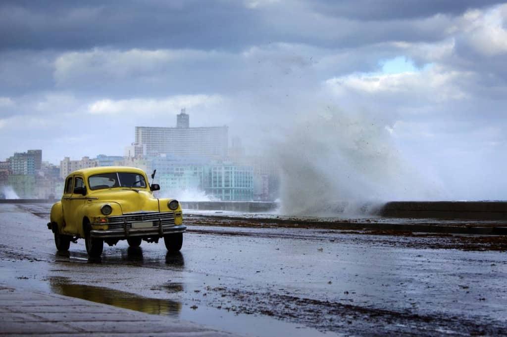 Carro velho no Malecón de Havana