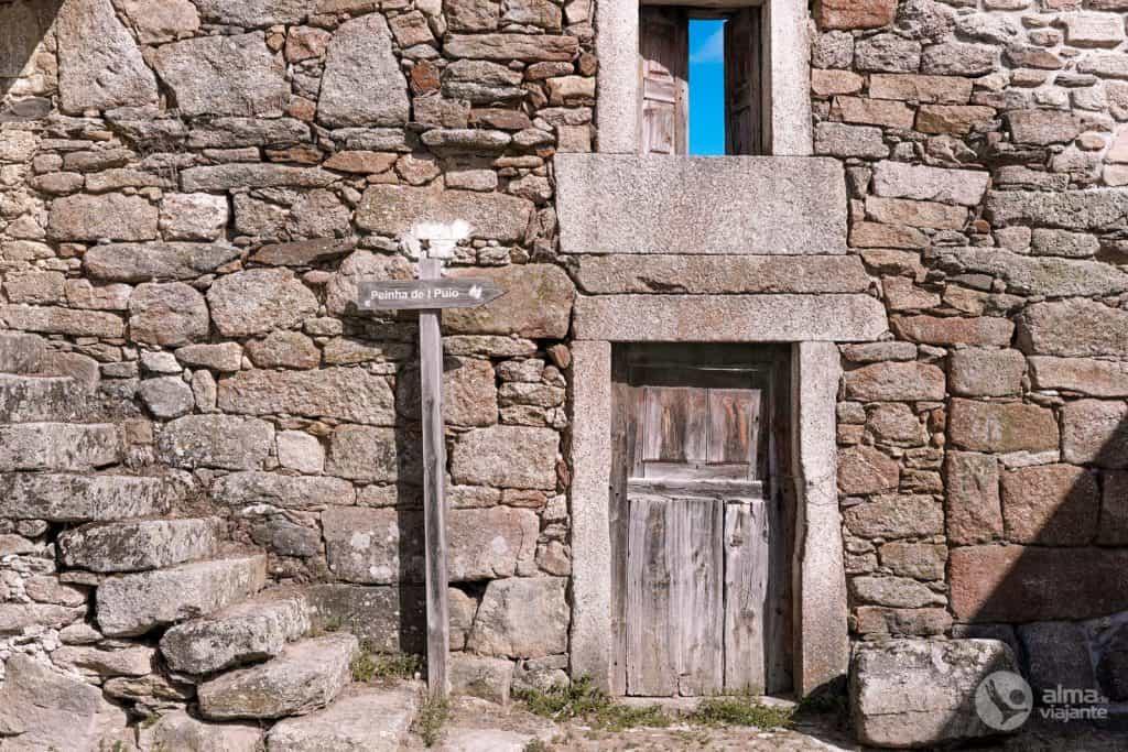 Casa de pedra abandonada