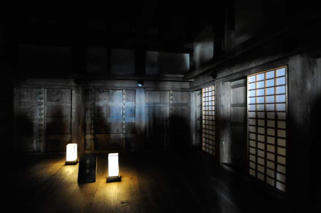 Jogo de luzes no interior do Castelo de Himeji
