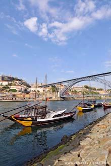 Barcos rabelos atracados junto às caves de Vinho do Porto, em Gaia