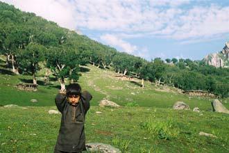 Criança brincando perto da sua aldeia