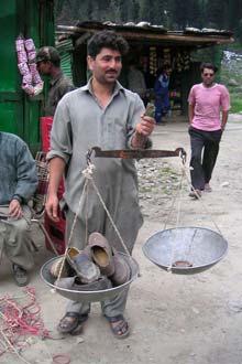 Vendedor de rua compra sapatos a peso