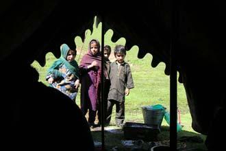 Ao acordar na tenda, visitados por crianças locais, Caxemira