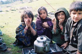 Bebendo chá com as crianças de uma aldeia em Caxemira