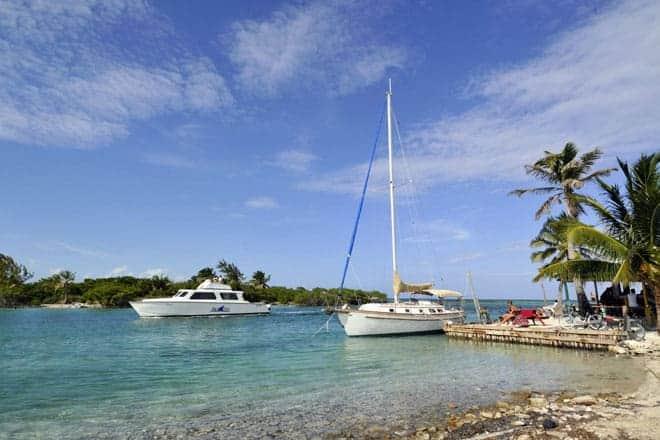 Veleiros no Split, o canal que divide Caye Caulker em duas ilhas