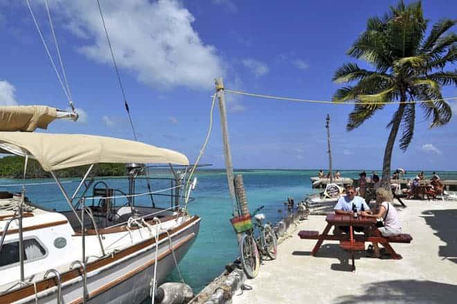 Veleiro ancorado junto a um bar de praia
