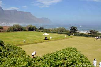 Campo de petanca com uma vista privilegiada sobre as praias ao longo da <i>Beach Road</i>, zona luxuosa da Cidade do Cabo