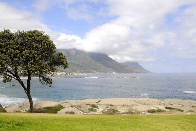 Útsýni yfir Camps Bay ströndinni, frequented af Cape Town ofgnótt, Suður-Afríku
