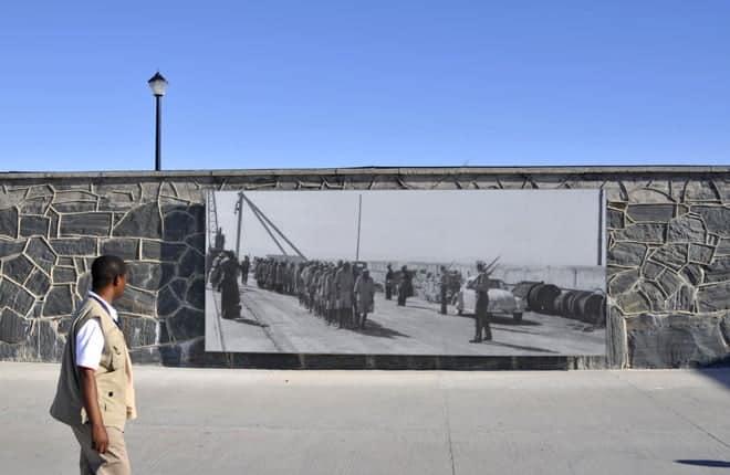 A gestur undirbýr að komast inn í Robben Island fangelsið, utan Höfðaborgar, þar sem Nelson Mandela og aðrir pólitískir fangar hafa verið fangaðir