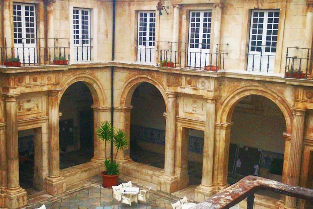 Claustro da Faculdade de Psicologia e Ciências da Educação, Universidade de Coimbra