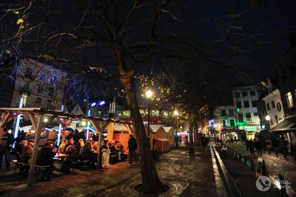Espaço para refeições num mercado de Natal de Bruxelas