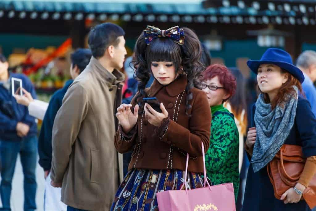 Rapariga cosplay junto ao templo Meiji-jingu, perto de Harajuku