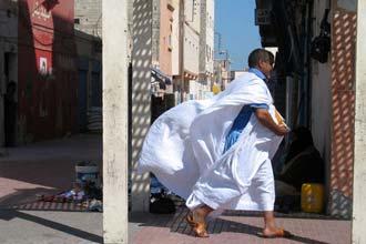 Trajes sarauís no centro de Dakhla