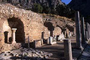 Colunas em redor do templo principal de Delfos