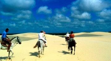 Turistas a cavalo numa viagem à Parnaíba, Brasil