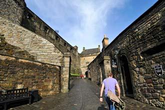 Um visitante entra no castelo de Edimburgo, a mais procurada atracção turística da cidade
