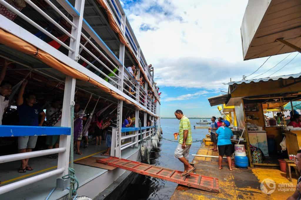 Barca sulla balsa gialla, Manaus