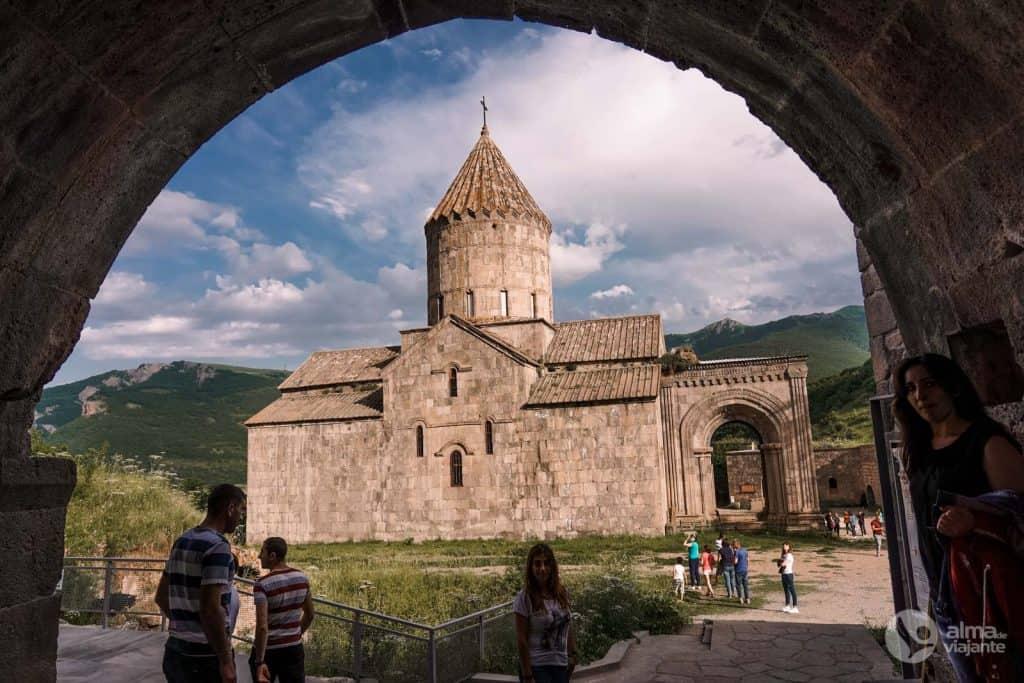 Turistas no Mosteiro de Tatev