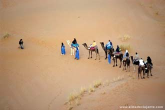 Passeio de camelo nas dunas do Erg-Chebbi