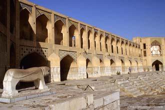 Vista da ponte Khaju em Esfaão, Irão