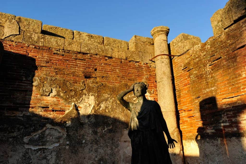 Uma estátua junto à entrada do Anfiteatro