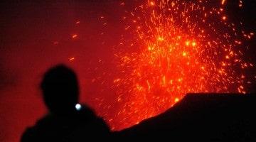 Explosões de lava no vulcão Yasur em Tanna, Vanuatu