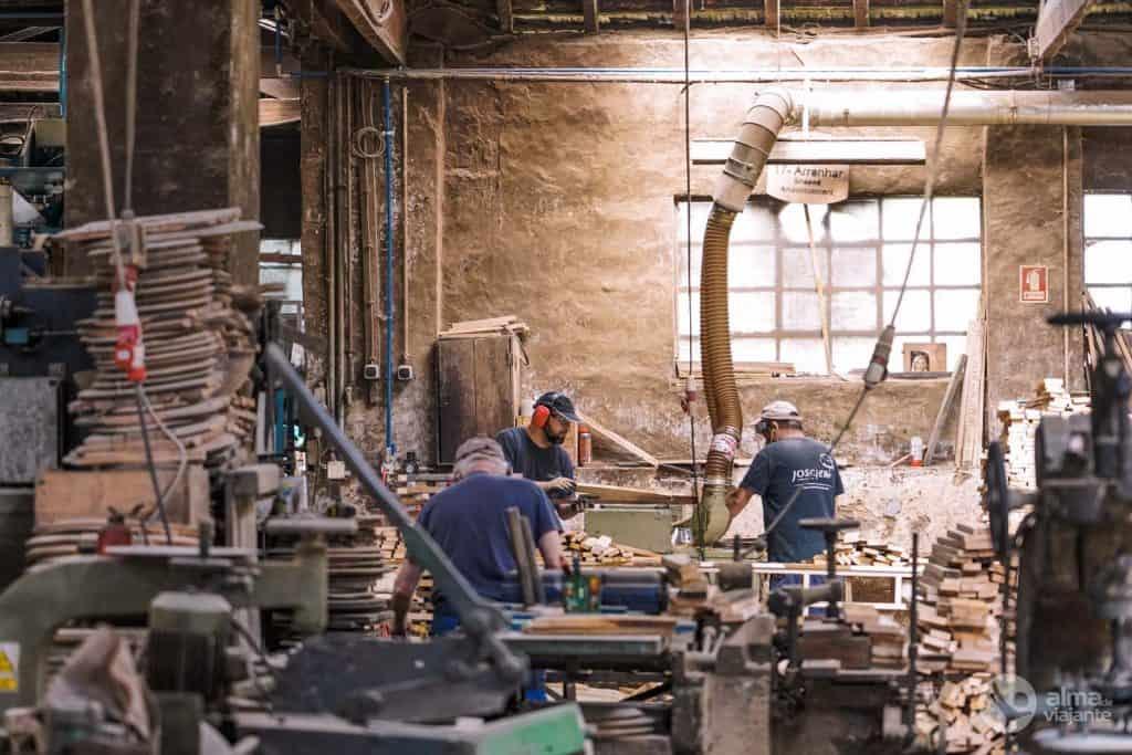 Corte da madeira na Tanoaria Josafer, entre os melhores tanoeiros de Portugal