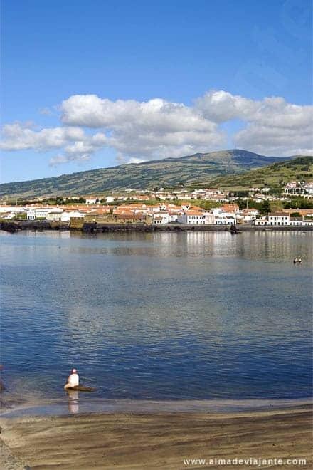 Uma senhora desfruta das águas de Porto Pim