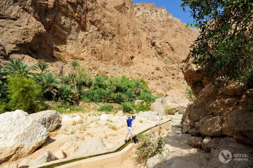 Turistas no trek Wadi Shab