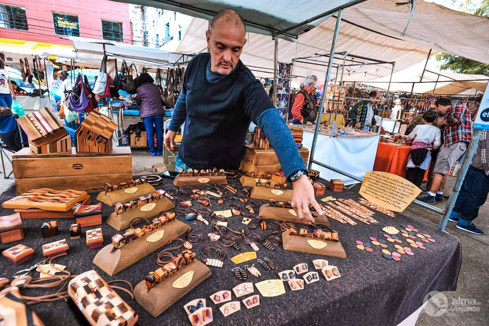 Antiguidades, chorinho e petiscos na feira da Praça Benedito Calixto - Alma  de Viajante