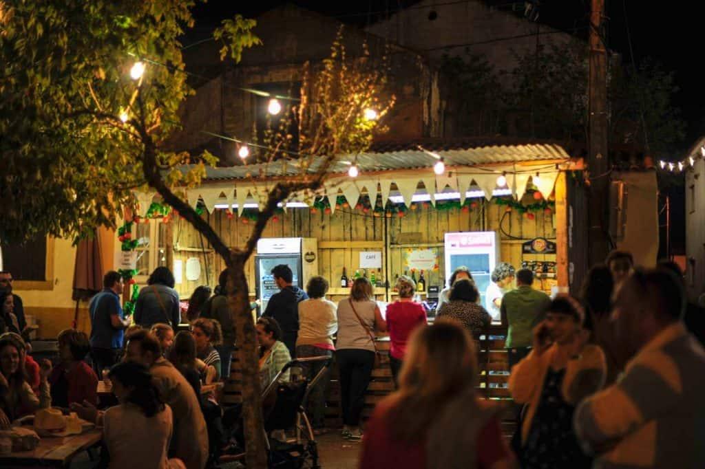 Banca de bebidas na praça central de Cem Soldos