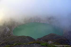 Lagoa no vulcão Kalimantu, Indonésia