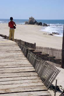 Praia de Miramar e capela do Sr. da Pedra