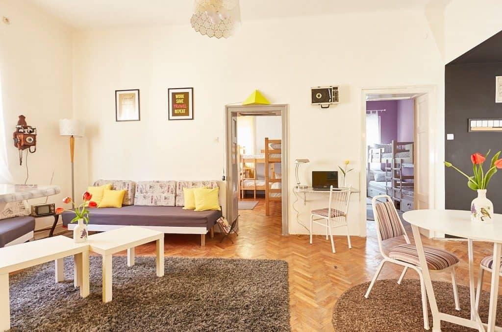 Sala comum do Get Inn Skopje Hostel