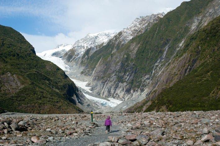 Caminhando rumo à cabeça do Glaciar Foz, ilha Sul da Nova Zelândia
