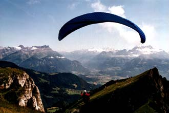 Praticante de parapente nos Alpes Suíços