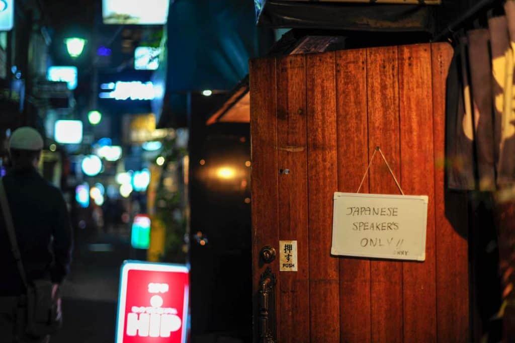 Bar em Golden Gai para japoneses