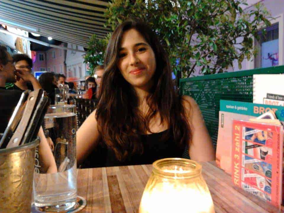 Mariana Batista num restaurante em Graz