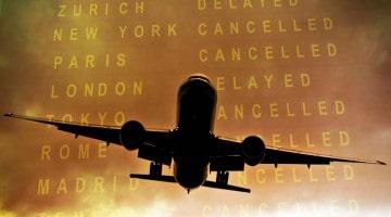 Avião e placard no aeroporto com voos cancelados