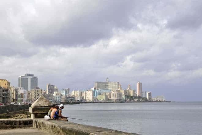 Til að veiða í malecón Havana, með byggingum Vedado í botninum